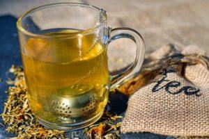 Tee aus einem Glas Wasserkocher